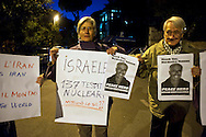 Roma 15 Novembre 2011.Pacifisti manifestano nei pressi dell'Ambasciata Israeliana, contro Israele e le testate nucleari che detiene e  per le minacce contro l'Iran. I manifestanti chiedono che  Mordechai Vanunu,l'ingegnere nucleare che svelo' al mondo l'armamento nucleare israeliano possa lasciare  lo stato d'Israele, cosa che gli è vietata.
