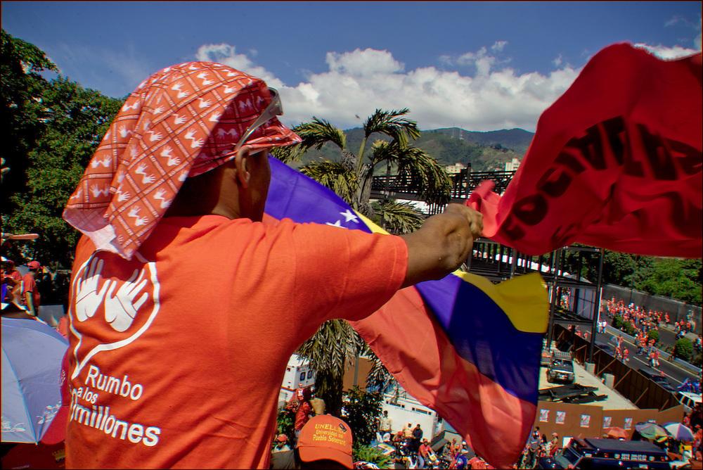 CONCETRACION DE SIMPATIZANTES DE HUGO CHAVEZ / CONCENTRATION OF SUPPORTERS OF HUGO CHAVEZ<br /> Photography by Aaron Sosa<br /> Caracas - Venezuela 2006<br /> (Copyright &copy; Aaron Sosa)
