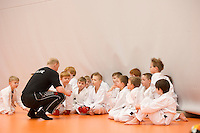 Innanfélagsmót Fylkis í karate á öskudag 2011. Þjálfarinn fer yfir hlutina með nemendum sínum.