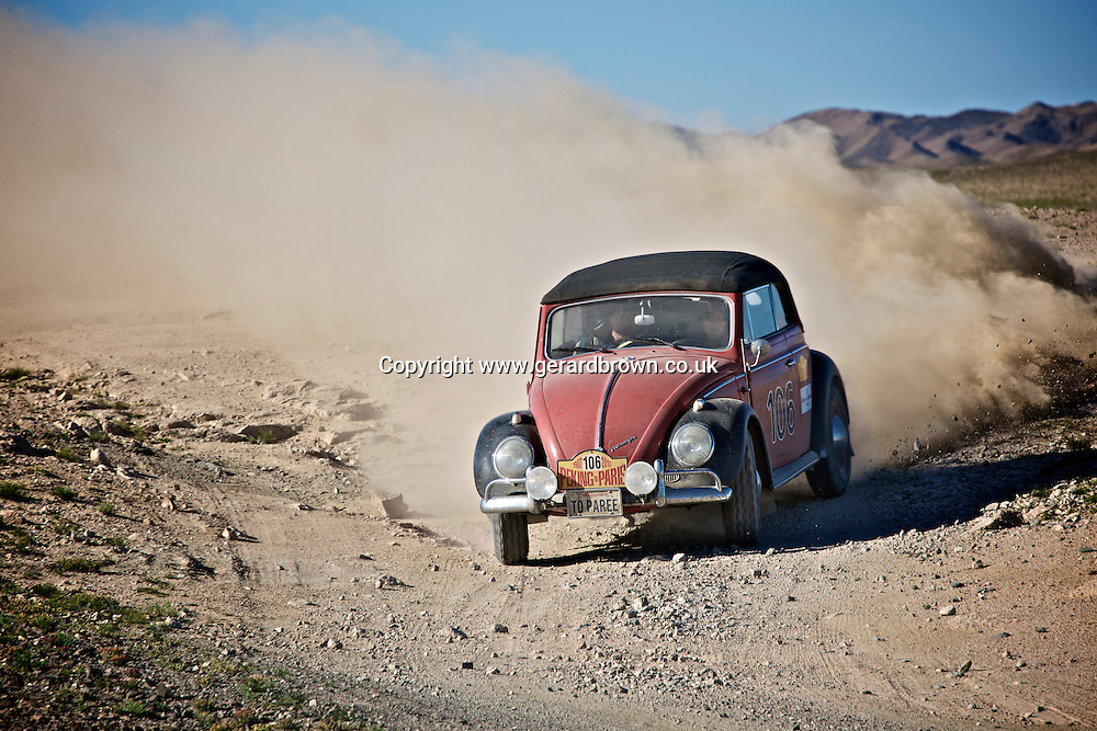 Garrick Staples Jnr. ended the day on the back of a truck with his VW Beetle Cabriolet, as the rear suspension - a special affair with rose-joints and much else from the desert-racing Baja racers - has given up, after a determined battle with Gerry Crown in the big Holden.