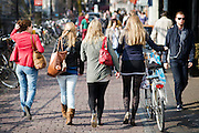 Meisjes lopen modebewust in het centrum van Utrecht.<br />
