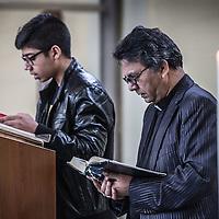 Nederland, Amsterdam, 31 januari 2016.<br /> <br /> Pakistaanse Christelijke dienst in de Protestantse Bethelkerk in Amsterdam.<br /> de Urdu-gemeente: een christelijke geloofsgemeenschap van Pakistaanse migranten. De leden wonen verspreid over het land. Iedere zondag wordt er zowel in Amsterdam als in Rotterdam een dienst gehouden.<br /> Op de foto: De pastoor, luistert tijdens de dienst naar een verhaal uit de bijbel voorgelezen door een jonge Christelijke  Pakistaan.<br /> <br /> Pakistani Christian church service in the Bethelkerk in Amsterdam, the Netherlands. The Urdu community is a Christian religious community of Pakistani migrants.<br /> <br /> Foto: Jean-Pierre Jans