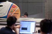 Op de TU Delft wordt de VeloX2 getest in de windtunnel. Met de VeloX2 wil het Human Powered Team Delft en Amsterdam, bestaande uit studenten van de TU Delft en de VU Amsterdam, het werelduurrecord en het sprint record gaan breken.<br /> <br /> The VeloX2 is tested on aerodynamics at the wind tunnel of TU Delft. With the VeloX2 the Human Powered Team Delft and Amsterdam are trying to break the speed records for human powered vehicles.