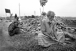 BANGLADESH DHAKA JAN95 - An old man and his wife crunch bricks. Many poor, driven off their land, are forced to survive doing day-labouring...jre/Photo by Jiri Rezac..© Jiri Rezac 1994