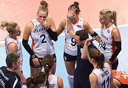 04-01-2016 TUR: European Olympic Qualification Tournament Nederland - Duitsland, Ankara <br /> De Nederlandse volleybalvrouwen hebben de eerste wedstrijd van het olympisch kwalificatietoernooi in Ankara niet kunnen winnen. Duitsland was met 3-2 te sterk (28-26, 22-25, 22-25, 25-20, 11-15) / Een boze Coach Giovanni Guidetti tijdens de time-out. Robin de Kruijf #5, Maret Balkestein-Grothues #6, Femke Stoltenborg #2, Myrthe Schoot #9, Laura Dijkema #14 luisteren ernaar