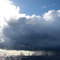 Voiles de St Tropez. Départ des bateaux modernes AMBIANCES MARINES-LUMIERES MARINES-MARINE ATMOSPHERE
