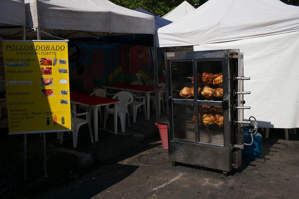 FEIRA DA KANTUTA - Frango sendo assado em forno de  restaurante da feira boliviana na praça Kantuka, no bairro Canindé, em São Paulo. 19/06/2016