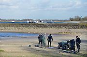 Nederland, Nijmegen, 13-11-2015De waterstand in de rivier de Waal is laag. Er is een extreem lange droogteperiode, periode van droogte in het stroomgebied van de Rijn. Binnenvaartschepen nemen minder lading, vracht in en moeten goed in de vaargeul blijven. Hierdoor is het drukker op de rivier. Personeel van een grondbedrjf nemen bodemmonsters tussen de kribben in opdracht van Rijkswaterstaat. In het kader van ruimte voor de rivier wordt gekeken of tussen de kribben zand weggehaald moet worden.Foto: Flip Franssen/HH