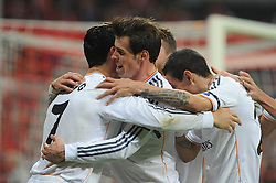 29.04.2014, Allianz Arena, Muenchen, GER, UEFA CL, FC Bayern Muenchen vs Real Madrid, Halbfinale, Ruckspiel, im Bild Gareth Bale (Real Madrid) umarmt den Rorschuetzen zum 0:3, Cristiano Ronaldo (Real Madrid) // during the UEFA Champions League Round of 4, 2nd Leg Match between FC Bayern Munich vs Real Madrid at the Allianz Arena in Muenchen, Germany on 2014/04/30. EXPA Pictures © 2014, PhotoCredit: EXPA/ Eibner-Pressefoto/ Stuetzle<br /> <br /> *****ATTENTION - OUT of GER*****