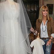 NLD/Haarzuilens/20120425 - Opening tentoonstelling Bruidjes van de Haar, Daphne Deckers bij haar trouwjurk