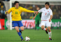 28.06.2010, Ellis Park Stadium, Johannesburg, RSA, FIFA WM 2010, Brazil (BRA) vs Chile. (CHI), im Bild Kaka (Brasile) e Ismael Fuentes (Cile). EXPA Pictures © 2010, PhotoCredit: EXPA/ InsideFoto/ Giorgio Perottino +++ for Austria and Slovenia only +++ / SPORTIDA PHOTO AGENCY