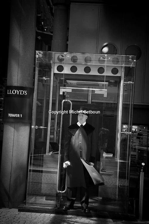 London. UK. employees in front of Lloyds building  , in the city financial district of london / les employes sortant de la tour des assurances loyds architectes Rogers  , pour le dejeuner, dans le quartier financier de la city