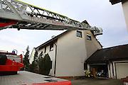 Mannheim. 23.02.17   BILD- ID 053  <br /> Schönau. Brand im Mehrfamilienhaus. Bei dem Brand in einem Vierfamilienhaus am Donnerstagnachmittag auf der Schönau ist ein geschätzter Schaden von rund 300 000 Euro entstanden. Das Feuer war im ersten Obergeschoss ausgebrochen und hatte auf das Dachgeschoss übergegriffen, teilte die Polizei mit. Die Bewohner konnten das Haus im Ludwig-Neischwander-Weg rechtzeitig verlassen. Verletzt wurde bei dem Brand niemand. Die Feuerwehr brachte den Brand unter Kontrolle. Die Brandursache ist noch nicht bekannt.<br /> Bild: Markus Prosswitz 23FEB17 / masterpress (Bild ist honorarpflichtig - No Model Release!)