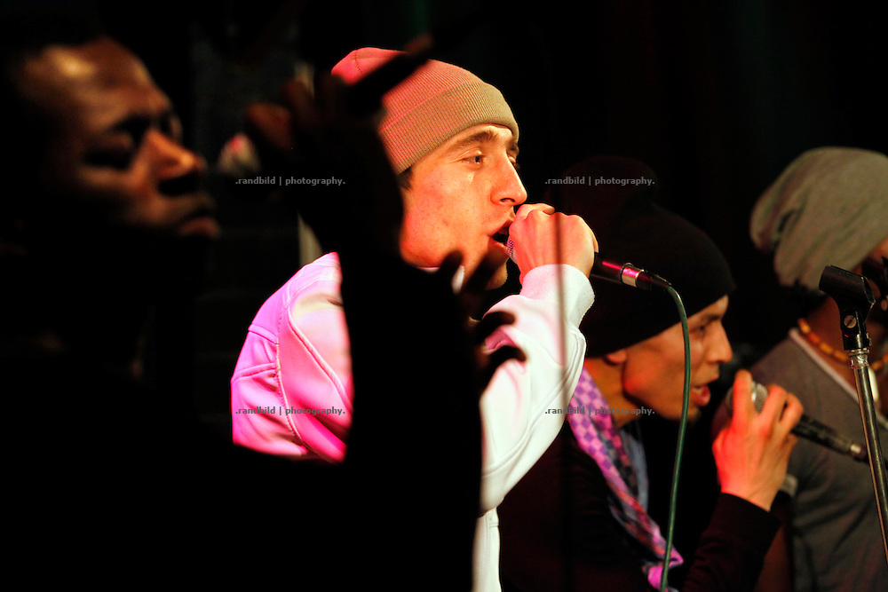 Musiker Heinz Ratz holte Musiker unter den Migranten aus Fl&uuml;chtlingsheimen und tourte mit ihnen durch Deutschlands Konzerthallen. Mit gro&szlig;em Erfolg, waren die Konzerte doch gut besucht, die Musiker erhielten Asyl und Musiker Ratz die Integrationsmedallie der Bundesregierung sowie eine Klage des Bundesinnenministers gegen eines der Lieder.<br /> <br /> Heinz Ratz &amp; The Refugees on stage during a performance in northern Germanies Platenlaase. Heinz Ratz found his foreign musicians among asylum seekers in refugees shelters nation-wide.