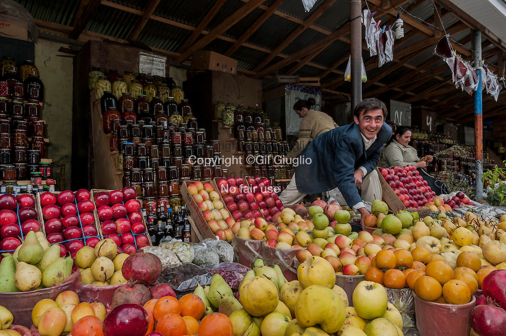 Azerbaïdjan, région entre Gabala et Sheki, marché au fruit sur bord de route // Azerbaidjan, region between Gabala and Sheky, Fruit country market along the road