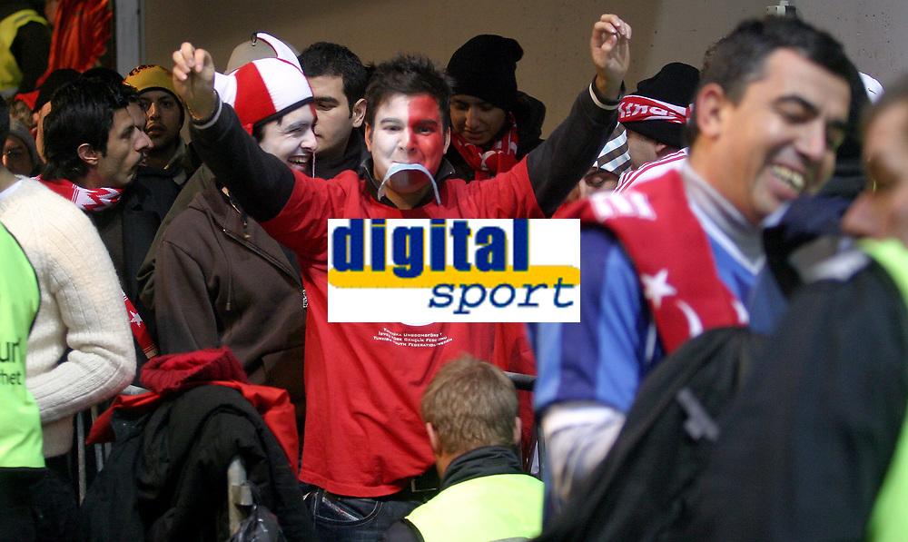 Fotball<br /> Landskamp International<br /> Kvalifisering Qualification EM Euro 2008<br /> 17.11.07<br /> Ullevaal Stadion<br /> Norge Norway - Tyrkia Turkey<br /> Tyrkiske supportere blir kroppsvisitert f&oslash;r kampen - og tok det med godt hum&oslash;r<br /> Foto - Kasper Wikestad