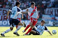 Fotball<br /> Argentina 2004/05<br /> Apertura<br /> Arsenal v Racing<br /> 3. oktober 2004<br /> Foto: Digitalsport<br /> NORWAY ONLY<br /> LEONARDO GOMEZ (RACING), EMANUEL RIVAS (ARS), MILOVAN MIROSEVIC (RACING)