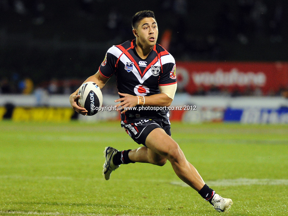Shaun Johnson heads towards the try line to set up Ben Henry during the NRL Rugby League match, Vodafone Warriors v Brisbane Broncos at Mt Smart Stadium, Auckland, New Zealand on Saturday 5 May 2012. Photo: Andrew Cornaga/photosport.co.nz