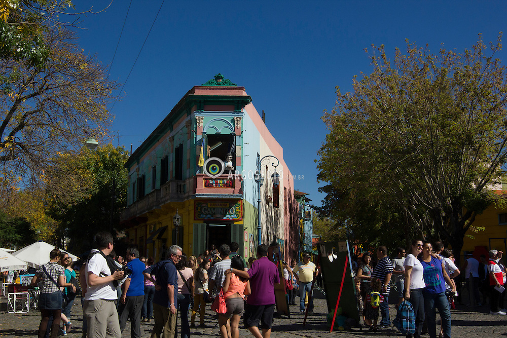 Caminito eh uma rua-museu e um logradouro tradicional, de grande valor cultural e turistico, localizado no bairro de La Boca, na Cidade de Buenos Aires, Argentina. O lugar adquiriu significado cultural devido a ter inspirado a música do famoso tango Caminito (1926), composta por Juan de Dios Filiberto. Buenos Aires eh a capital e maior cidade da Argentina, figurando como a segunda maior area metropolitana da America do Sul. / Caminito is a short street in La Boca, a neighbourhood, or barrio of the Argentine capital, Buenos Aires. Buenos Aires is the capital and largest city of Argentina, and the second-largest metropolitan area in South America. 2013