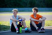 Iris Slappendel bereidt zich voor met coach Matthijs. Het Human Power Team Delft en Amsterdam (HPT), dat bestaat uit studenten van de TU Delft en de VU Amsterdam, is in Senftenberg voor een poging het laagland sprintrecord te verbreken op de Dekrabaan. In september wil het Human Power Team Delft en Amsterdam, dat bestaat uit studenten van de TU Delft en de VU Amsterdam, tijdens de World Human Powered Speed Challenge in Nevada een poging doen het wereldrecord snelfietsen voor vrouwen te verbreken met de VeloX 7, een gestroomlijnde ligfiets. Het record is met 121,44 km/h sinds 2009 in handen van de Francaise Barbara Buatois. De Canadees Todd Reichert is de snelste man met 144,17 km/h sinds 2016.<br /> <br /> The Human Power Team is in Senftenberg, Germany to race at the Dekra track as a preparation for the races in America. With the VeloX 7, a special recumbent bike, the Human Power Team Delft and Amsterdam, consisting of students of the TU Delft and the VU Amsterdam, also wants to set a new woman's world record cycling in September at the World Human Powered Speed Challenge in Nevada. The current speed record is 121,44 km/h, set in 2009 by Barbara Buatois. The fastest man is Todd Reichert with 144,17 km/h.