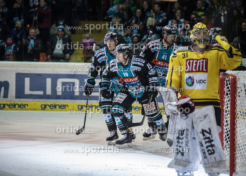 11.02.2018, Keine Sorgen Eisarena, Linz, AUT, EBEL, EHC Liwest Black Wings Linz vs Vienna Capitals, Platzierungsrunde, im Bild Joel Broda (EHC Liwest Black Wings Linz) feiert das 2 zu 3 // during the Erste Bank Icehockey League placement round between EHC Liwest Black Wings Linz and Vienna Capitals at the Keine Sorgen Icearena, Linz, Austria on 2018/02/11. © 2018, PhotoCredit: EXPA/ Reinhard Eisenbauer