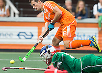 AMSTELVEEN - Neth. -  Sander Baart met de Franse keeper Corentin Saunier  tijdens de interland wedstrijd tussen de mannen van Nederland en Frankrijk (8-1), ter voorbereiding van het EK . COPYRIGHT KOEN SUYK