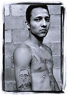 Un joven de la comunidad Santa Cecilia, San Salvador, El Salvador muestra su tatuaje en homenaje a Monseñor Oscar Arnulfo Romero. La comunidad Eclesiales de Base que trabajan en la pastoral en la comunidad fueron de las primeras personas que se realizaron tatuajes en homenaje al partir de la iglesia. Photo: Elmer ROMERO/Imagenes Libres.