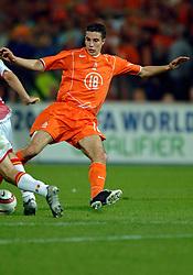 04-06-2005 VOETBAL: NEDERLAND-ROEMENIE: ROTTERDAM <br /> Het Nederlands elftal heeft weer een stap gezet richting het WK van volgend jaar in Duitsland. In Rotterdam werd Roemenië met 2-0 verslagen / Robin van Persie mist een opgelegde kans<br /> ©2005-WWW.FOTOHOOGENDOORN.NL