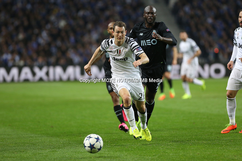 Lichsteiner (L) pursued by Porto's Danilo
