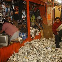 Toluca, Mex.- Comerciantes desalojados del mercado Juarez, sacan de los locales semifijos que no han sido destruidos lo poco que queda de su mercancia, despues de que maquinaria pesada derribara los puestos fijos y semifijos durante el operativo de el martes por la madrugada. Agencia MVT / Luis Enrique Hernandez V. (DIGITAL)<br /> <br /> <br /> <br /> NO ARCHIVAR - NO ARCHIVE