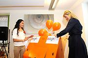 Prinses M&aacute;xima opent Blijf van m&rsquo;n Lijf huis nieuwe stijl<br /> <br /> Hare Koninklijke Hoogheid Prinses M&aacute;xima der Nederlanden opent op dinsdag 30 augustus in Alkmaar het eerste Oranje Huis. Het Oranje Huis is een Blijf van m&rsquo;n Lijf Huis Nieuwe Stijl: een niet geheime, open locatie. Het Oranje Huis is een initiatief van Stichting Blijf Groep en biedt onder &eacute;&eacute;n dak advies, hulpverlening en opvang voor mensen die te maken hebben met huiselijk geweld.<br /> <br /> Op de foto: Offici&euml;le openingshandeling<br /> <br /> <br /> Princess M&aacute;xima opens new home Stay off my Body style<br /> <br /> Her Royal Highness Princess M&aacute;xima of the Netherlands opens on Tuesday, August 30 Alkmaar in the first House of Orange. The monarchy is one of my Stay Home New Body Style: not a secret, open location. The monarchy is an initiative of Stay Group Foundation and includes a roof advice, assistance and care for people dealing with domestic violence.<br /> <br /> On the photo: Opening ceremony