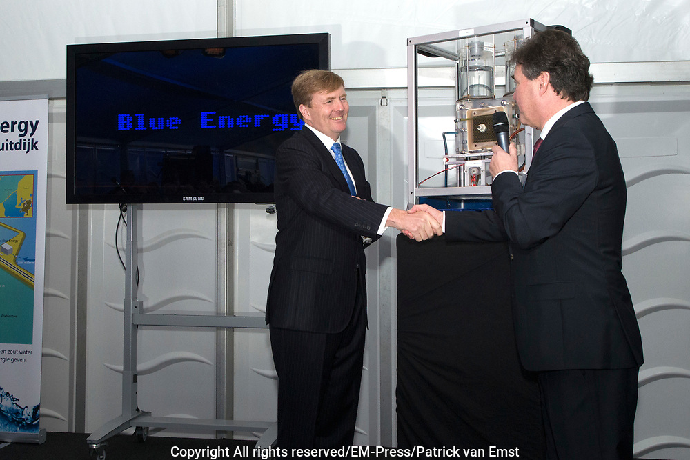 Koning Willem Alexander opent proefinstallatie Blue Energy in Breezanddijk op de Afsluitdijk. De Blue Energy, zoals de installatie heet, is de eerste installatie waarbij de winning van energie uit zoet en zout water in de praktijk wordt getest. <br /> <br /> <br /> King Willem Alexander opens pilot plant in Blue Energy Breezanddijk on the Dam. The Blue Energy, as the plant is called, is the first installation where the energy from fresh and salt water is tested in practice.<br /> <br /> op de foto / On thew photo:  Koning Willem Alexander verricht de officiële opening / King Willem Alexander officially opens the installation