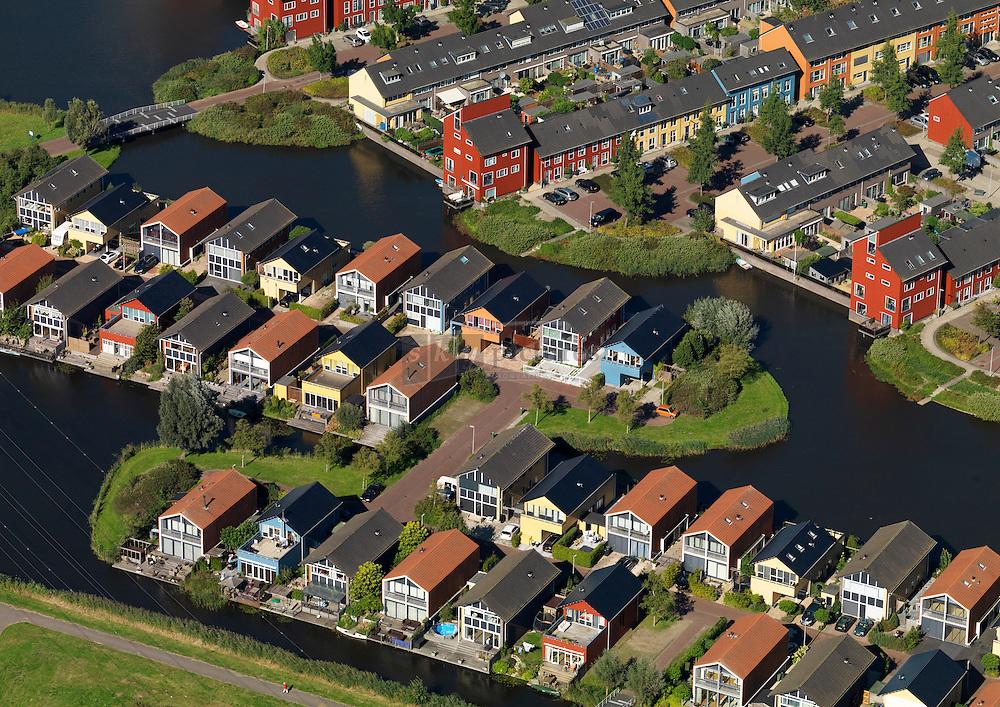 Kleurrijke woningen in de wijk weidevenne op eilandjes