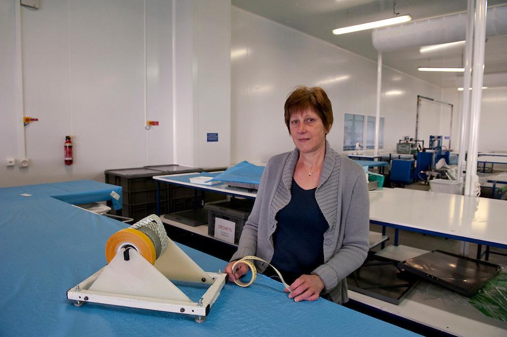 Laurane dans l'usine de Sodimédical. Elle a 16 ans d'ancienneté dans l'usine. Elle soudait des champs opératoires. Depuis quatre mois les ouvrières de Sodimédical, à Plancy l'Abbaye (10) pointent tous les matins à 7h15 mais à la fin du mois aucun salaire ne tombe. En 2010 le groupe Lohmann & Rauscher a annoncé la fermeture de cette usine de matériel médical et le licenciement de ses 54 salariés pour délocaliser l'activité en Chine. Malgré plusieurs décisions de justice qui ont invalidé les plans sociaux , le groupe ne confie plus de travail aux ouvrières. Sans travail mais aussi sans chômage, les ouvriers sont chaque jour 8 heures à l'usine, tricotant, jouant aux cartes ou marchant en rond dans le parking, en attendant une décision.