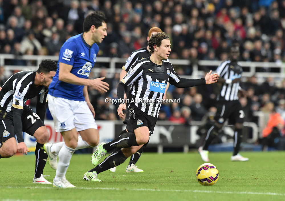 28.12.2014. Newcastle, England. Premier League. Newcastle versus Everton. Daryl Janmaat of Newcastle United controls the ball