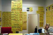 Duitsland, Laarbruch,19-11-2003..Vliegaanbiedingenin het luchthavengebouw van Airport, Flughafen, Niederrhein, van waaruit prijsvechters, chartermaatschappijen als Ryanair en VBird vliegen. Het vliegveld ligt vlak over de grens tussen Nijmegen en Venlo. Luchtvaartmaatschappij, last minute, vliegvakanties, luchtvaart, toerisme, grensstreek, economie, werkgelegenheid grensstreek. geluidsoverlast..Foto: Flip Franssen