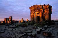 Asie du Sud Est, Cambodge, Province de Siem Reap, Angkor, complexe des temples de Angkor, Patrimoine Mondial de l'UNESCO en 1992, Site de Phnom  Bakheng au levé du jour  // Southeast Asia, Cambodia, Siem Reap Province, Angkor site, Unesco world heritage since 1992, Phnom  Bakheng temple at sunrise