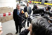 03 APR 2006, BERLIN/GERMANY:<br /> Kurt Beck, SPD, Ministerpraesident Rheinland-Pfalz, gibt wartenden Journalisten ein Statement, vor Beginn einer Sitzung des SPD Paersidiums, Willy-Brandt-Haus<br /> IMAGE: 20060403-01-002<br /> KEYWORDS: Präsidium, Journalist, Mikrofon, microphone, Kamera, Camera