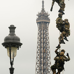 D&eacute;monstration des h&eacute;licopt&egrave;res de l'Aviation L&eacute;g&egrave;re de l'Arm&eacute;e de Terre sur l'esplanade des Invalides &agrave; l'occasion des 60 ans de l'ALAT et de la f&ecirc;te nationale.<br /> Juillet 2014 / Paris (75) / FRANCE