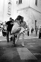 Si sono dati appuntamento, in una timida serata di giugno, tutti gli appassionati di tango per sfoggiare il loro stile e la loro passione per questo ballo per le vie del centro storico di Lecce. Come in quadro che si rispetti, il soggetto sono stati i ballerini e i monumenti della città hanno fatto da cornice.