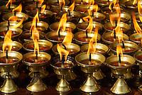 Nepal. Vallee de Kathmandu. Stupa bouddhiste de Bodnath. Lampe a beurre. // Nepal. Kathmandu valley. Buddhist stupa of Bodnath. Butter lamp.