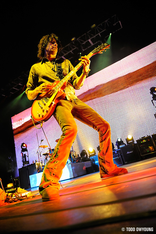 Stone Temple Pilots performing at the Verizon Wireless Amphitheater in St. Louis. June 8, 2008. © Todd Owyoung/Retna Ltd.