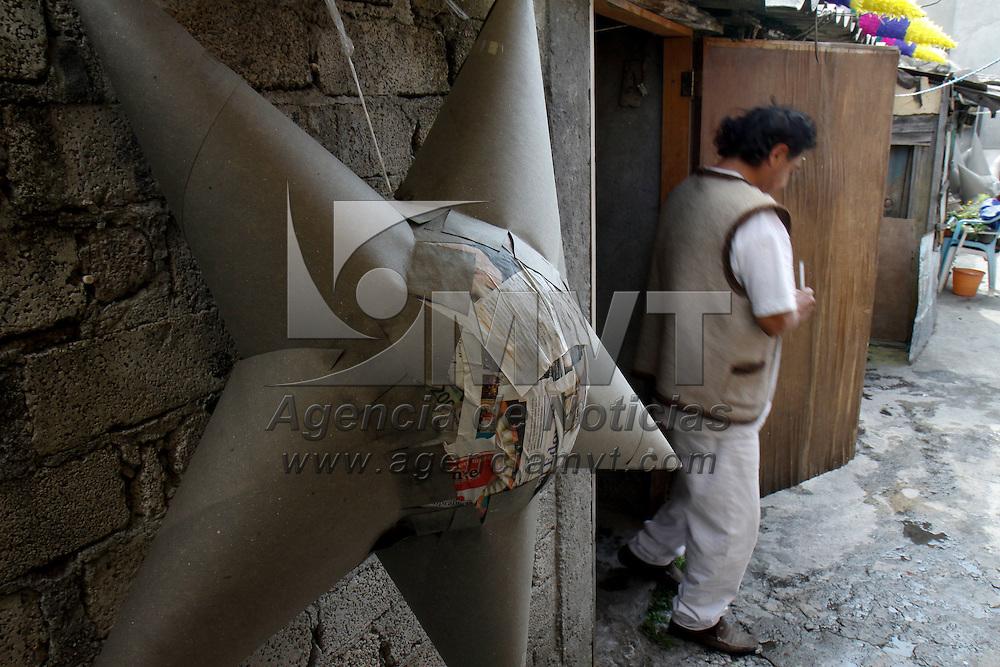 TOLUCA, México.- Felipe Carbajal lleva más de 10 años dedicándose a la elaboración de piñatas de todos tamaños, la más grande llega a medir 3 metros, junto con su familia dan vida al cartón y papel de colores  que se convierten  en uno de los elementos esenciales para las posadas en estos días, las tradicionales piñatas. Agencia MVT / Crisanta Espinosa. (DIGITAL)
