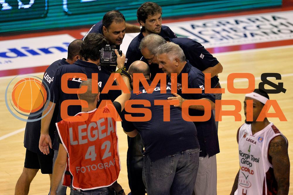 DESCRIZIONE : Pistoia Lega A 2014-2015 Giorgio Tesi Group Pistoia Banco di Sardegna Sassari<br /> GIOCATORE : staff<br /> CATEGORIA : pregame fairplay<br /> SQUADRA : Giorgio Tesi Group Pistoia<br /> EVENTO : Campionato Lega A 2014-2015<br /> GARA : Giorgio Tesi Group Pistoia Banco di Sardegna Sassari<br /> DATA : 20/10/2014<br /> SPORT : Pallacanestro<br /> AUTORE : Agenzia Ciamillo-Castoria/GiulioCiamillo<br /> GALLERIA : Lega Basket A 2014-2015<br /> FOTONOTIZIA : Pistoia Lega A 2014-2015 Giorgio Tesi Group Pistoia Banco di Sardegna Sassari<br /> PREDEFINITA :