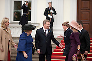 DEU,Deutschland,Berlin,12.04.11 Staatsbesuch von Königin Beatrix der Niederlande Deutschland. Empfang durch Bundespräsident Christian Wulff im Schloss Bellevue am Dienstag in Berlin. VLNR: Bettina Wulff, Königin Beatrix, Bundespräsident Christian Wulff und Kronprinzessin Maxima..State visit of Queen Beatrix of Netherland in Germany. German President Christian Wulff welcomes Queen Beatrix , Prince Willem Alexander und Princess Maxima at Schloss Bellevue on April 12th 2011 in Berlin...