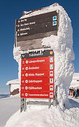 THEMENBILD - Vereiste Pisten-Wegweiser an der Bergstation der Gondelbahn (Kabinbanan), aufgenommen am Freitag, 16. März 2018. Die alpinen Ski- Weltmeisterschaften 2019 finden von 05. bis 17. Februar in Aare /Schweden statt // Icy slope signpost at the mountain station of the gondola lift (Kabinbanan), pictured on Tuesday, March 13, 2018. The Alpine Skiing World Championships 2019 will take place from 05 to 17 February in Aare. Sweden on 2017/03/16. EXPA Pictures © 2018, PhotoCredit: EXPA/ Johann Groder