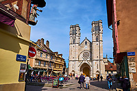 France, Saône-et-Loire (71), Chalon-sur-Saône, place Saint-Vincent, maisons à colombages et terrasses de café devant la cathédrale Saint-Vincent // France, Saône-et-Loire (71), Chalon-sur-Saône, Saint-Vincent square and Saint-Vincent cathedral