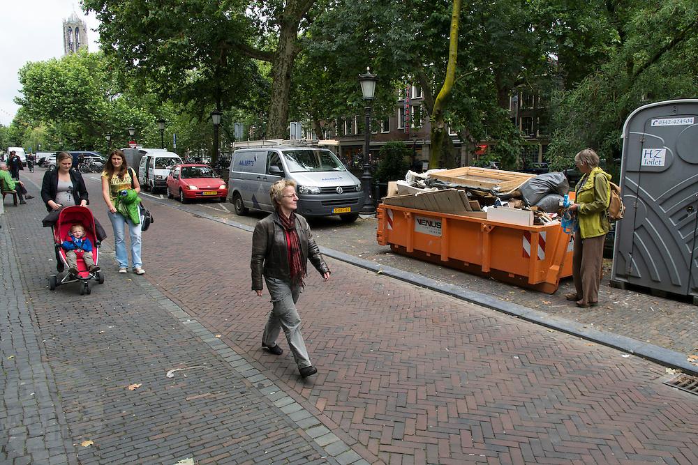 Voetgangers lopen over de Oudegracht in Utrecht.<br /> <br /> Pedestrians are walking in the center of Utrecht.