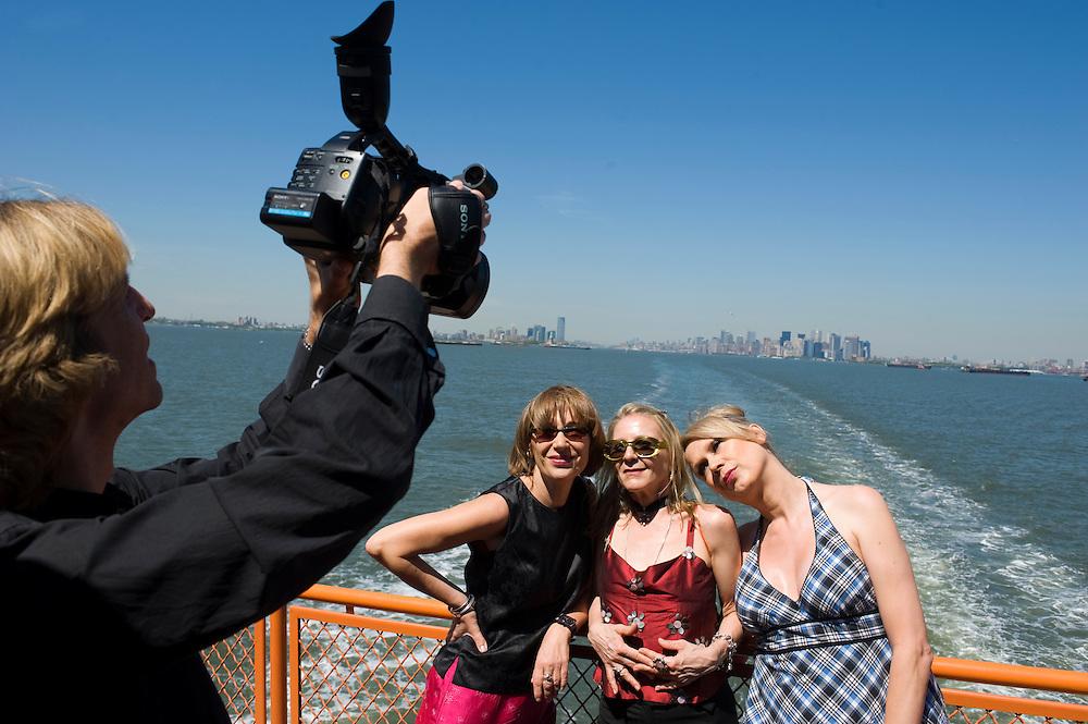New York USA Regisseur und Filmemacher Rosa von Praunheim bei den Dreharbeiten zu New York Memories auf der Staten Island Ferry..vlnr.: .Kameramann Lorenz Haarmann; Protagonistinnen Anna Stegmann (Literatur Autorin), Claudia Steinberg (Journalistin) und Eva (transsexuelle Friseuse)