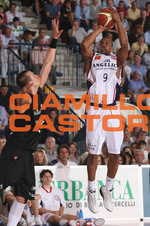 DESCRIZIONE : Biella Lega A1 2006-07 Angelico Biella VidiVici Virtus Bologna<br /> GIOCATORE : Thomas<br /> SQUADRA : Angelico Biella<br /> EVENTO : Campionato Lega A1 2006-2007<br /> GARA : Angelico Biella VidiVici Virtus Bologna<br /> DATA : 25/04/2007<br /> CATEGORIA : Tiro<br /> SPORT : Pallacanestro<br /> AUTORE : Agenzia Ciamillo-Castoria/S.Ceretti<br /> Galleria : Lega Basket A1 2006-2007<br /> Fotonotizia : Biella Campionato Italiano Lega A1 2006-2007 Angelico Biella VidiVici Virtus Bologna<br /> Predefinita :